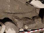 detalle da impronta do fémur nunha tumba